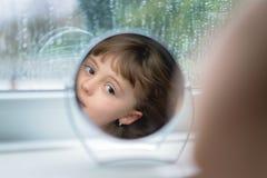 Κορίτσι που εξετάζει τον καθρέφτη Στοκ φωτογραφίες με δικαίωμα ελεύθερης χρήσης