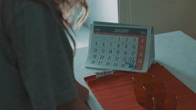 Κορίτσι που εξετάζει το ημερολόγιο του Ιανουαρίου του 2015, ημερομηνία 24 που περιβάλλεται με την αθλητική ημέρα σημαδιών απόθεμα βίντεο