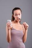 Κορίτσι που εξετάζει το κινητό τηλέφωνό της Στοκ Εικόνα