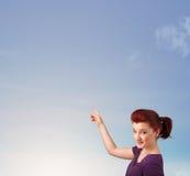 Κορίτσι που εξετάζει το μπλε ουρανό copyspace Στοκ φωτογραφία με δικαίωμα ελεύθερης χρήσης