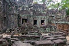 Κορίτσι που εξετάζει το ναό Angkor Wat στην Καμπότζη Στοκ φωτογραφία με δικαίωμα ελεύθερης χρήσης