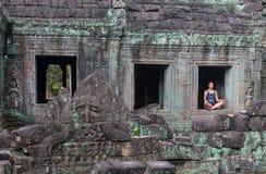 Κορίτσι που εξετάζει το ναό Angkor Wat στην Καμπότζη Στοκ Εικόνες