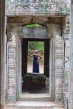 Κορίτσι που εξετάζει το ναό Angkor Wat στην Καμπότζη Στοκ Φωτογραφία