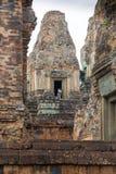 Κορίτσι που εξετάζει το ναό Angkor Wat στην Καμπότζη Στοκ εικόνες με δικαίωμα ελεύθερης χρήσης