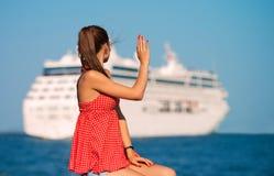 Κορίτσι που εξετάζει το σκάφος Στοκ Φωτογραφία