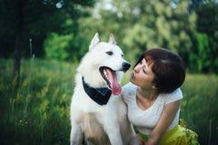 Κορίτσι που εξετάζει το σκυλί Στοκ Φωτογραφίες