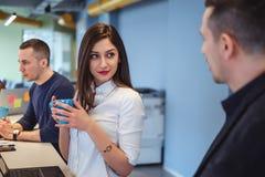 Κορίτσι που εξετάζει το συνάδελφό της με την αγάπη στα μάτια της Στοκ φωτογραφία με δικαίωμα ελεύθερης χρήσης