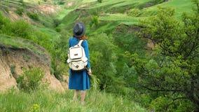 Κορίτσι που εξετάζει το φαράγγι φιλμ μικρού μήκους
