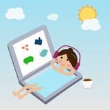 Κορίτσι που επιπλέει στο νερό στη χρήση lap-top το κοινωνικό δίκτυο Στοκ Φωτογραφία