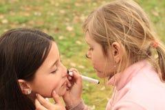 Κορίτσι που επισύρει την προσοχή στο πρόσωπο ενός άλλου κοριτσιού στοκ φωτογραφία με δικαίωμα ελεύθερης χρήσης