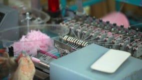 Κορίτσι που εργάζεται για τη μηχανή με να πλέξει απόθεμα βίντεο