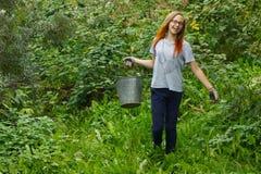 Κορίτσι που εργάζεται στον κήπο Στοκ φωτογραφία με δικαίωμα ελεύθερης χρήσης