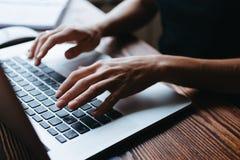 Κορίτσι που εργάζεται στον υπολογιστή Στοκ Φωτογραφίες