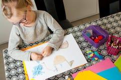 Κορίτσι που εργάζεται στο πρόγραμμα τέχνης Στοκ Φωτογραφίες
