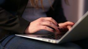 Κορίτσι που εργάζεται χρησιμοποιώντας το lap-top φιλμ μικρού μήκους