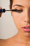 Κορίτσι που εφαρμόζει Mascara Στοκ Εικόνες