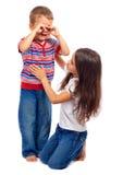 Κορίτσι που ηρεμεί κάτω την λίγος φωνάζοντας αδελφός στοκ εικόνες