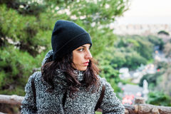 Κορίτσι που θέτει και που απολαμβάνει μια ημέρα στο πάρκο που κοιτάζει δεξιά Στοκ Φωτογραφίες