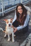Κορίτσι που θέτει το εξωτερικό με το σκυλί της μια κρύα ημέρα Στοκ εικόνα με δικαίωμα ελεύθερης χρήσης