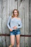 Κορίτσι που θέτει υπαίθρια Στοκ φωτογραφία με δικαίωμα ελεύθερης χρήσης