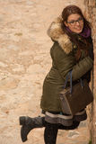 κορίτσι που θέτει υπαίθρ&iot Στοκ φωτογραφία με δικαίωμα ελεύθερης χρήσης