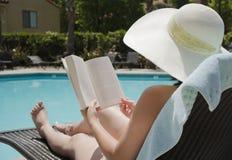 Κορίτσι που διαβάζει ένα βιβλίο Στοκ φωτογραφίες με δικαίωμα ελεύθερης χρήσης