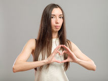 Κορίτσι που διαμορφώνει την καρδιά με τα χέρια της Στοκ φωτογραφία με δικαίωμα ελεύθερης χρήσης