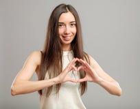 Κορίτσι που διαμορφώνει την καρδιά με τα χέρια της Στοκ εικόνες με δικαίωμα ελεύθερης χρήσης