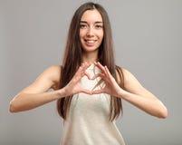 Κορίτσι που διαμορφώνει την καρδιά με τα χέρια της Στοκ Εικόνα