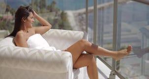 Κορίτσι που κάνει ηλιοθεραπεία στο μπαλκόνι ξενοδοχείων φιλμ μικρού μήκους