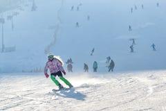 Κορίτσι που κάνει σκι σε μια κλίση χιονιού Στοκ Εικόνες