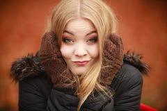 Κορίτσι που κάνει τα ανόητα πρόσωπα Στοκ φωτογραφίες με δικαίωμα ελεύθερης χρήσης