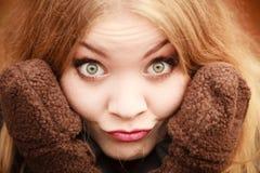 Κορίτσι που κάνει τα ανόητα πρόσωπα Στοκ Εικόνες