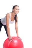 Κορίτσι που κάνει την άσκηση κοιλιών με το χαμόγελο fitball Στοκ εικόνα με δικαίωμα ελεύθερης χρήσης