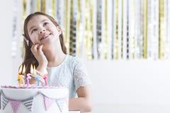 Κορίτσι που κάνει την επιθυμία γενεθλίων Στοκ Φωτογραφίες