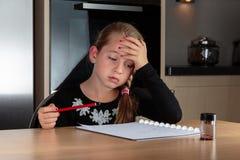 Κορίτσι που κάνει τη σκέψη εργασίας Στοκ φωτογραφία με δικαίωμα ελεύθερης χρήσης
