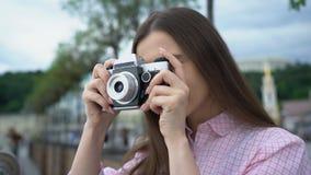 Κορίτσι που κάνει τη φωτογραφία με την εκλεκτής ποιότητας κάμερα, γύρος πόλεων, ζωηρές εντυπώσεις, έμπνευση φιλμ μικρού μήκους