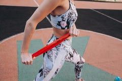 Κορίτσι που κάνει τις ασκήσεις με μια λαστιχένια ζώνη στοκ εικόνες με δικαίωμα ελεύθερης χρήσης
