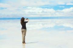 Κορίτσι που κάνει τις εικόνες σε ένα κινητό τηλέφωνο Στοκ Εικόνες