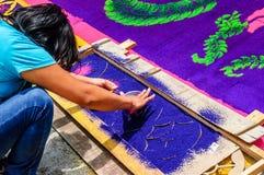 Κορίτσι που κάνει τον παραχωρήσώντα πομπικό τάπητα, Αντίγκουα, Γουατεμάλα Στοκ Εικόνα