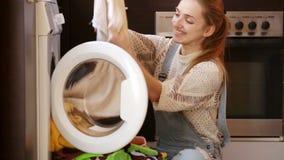Κορίτσι που κάνει το πλυντήριο φιλμ μικρού μήκους