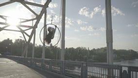 Κορίτσι που κάνει το σπάγγο στο δαχτυλίδι για το εναέριο acrobatics φιλμ μικρού μήκους