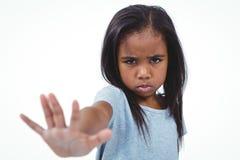 Κορίτσι που κάνει το χέρι εκμετάλλευσης μορφασμού στη κάμερα Στοκ εικόνες με δικαίωμα ελεύθερης χρήσης