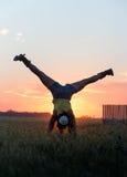 Κορίτσι που κάνει handstand στο ηλιοβασίλεμα Στοκ φωτογραφία με δικαίωμα ελεύθερης χρήσης