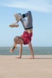 Κορίτσι που κάνει handstand Στοκ εικόνα με δικαίωμα ελεύθερης χρήσης