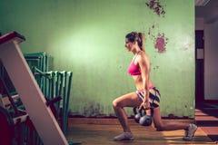 Κορίτσι που κάνει lunge την άσκηση Στοκ εικόνα με δικαίωμα ελεύθερης χρήσης