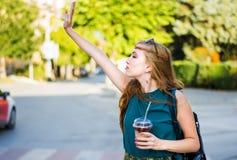 Κορίτσι που καλεί το ταξί στην οδό Στοκ Φωτογραφία