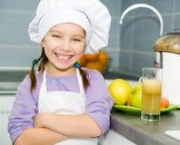 Κορίτσι που κατασκευάζει το φρέσκο χυμό Στοκ εικόνα με δικαίωμα ελεύθερης χρήσης