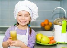 Κορίτσι που κατασκευάζει το φρέσκο χυμό Στοκ Φωτογραφίες
