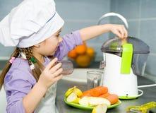 Κορίτσι που κατασκευάζει το φρέσκο χυμό Στοκ φωτογραφίες με δικαίωμα ελεύθερης χρήσης